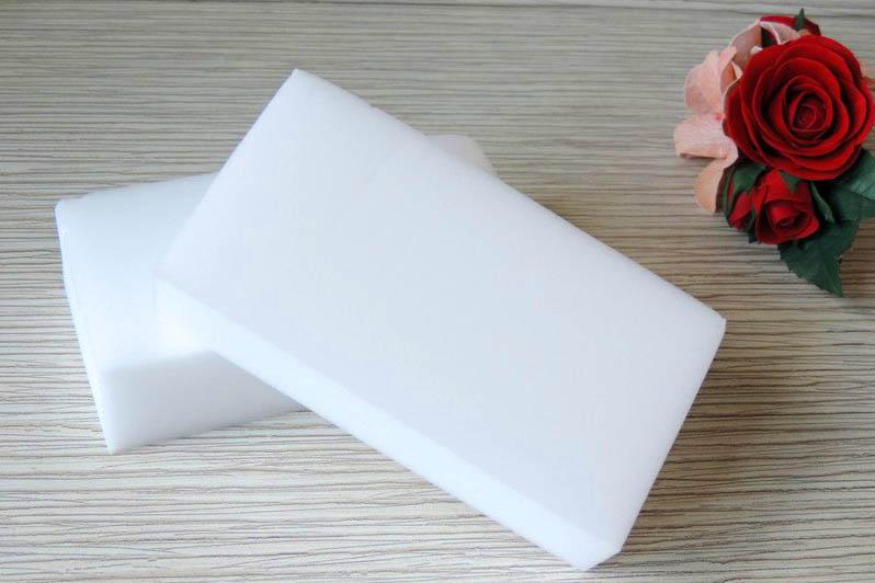 Губку нужно использовать очень аккуратно, чтобы не повредить покрытие