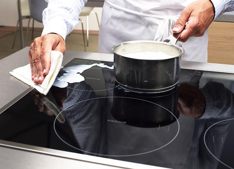 После удаления пятна можно отполировать покрытие жидкостью для мытья зеркал
