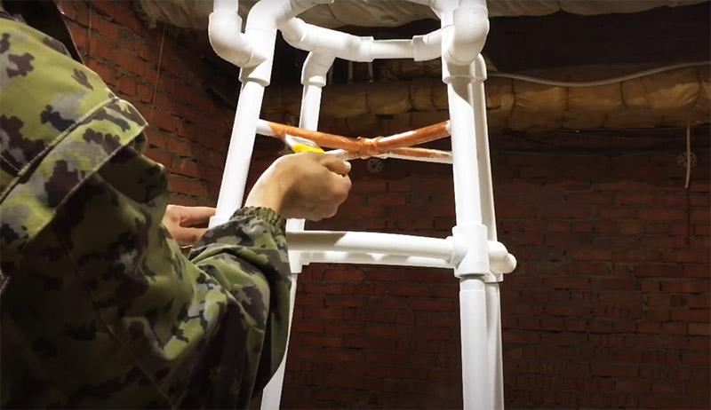 Если вас не устраивает исходный цвет, стул можно покрасить. Для этого предварительно все поверхности зачищаются мелкой наждачкой, а красить удобнее аэрозольным баллончиком