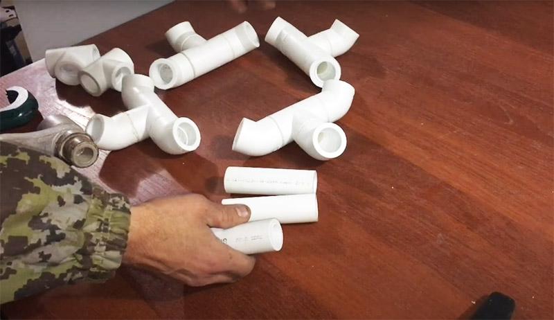 Четыре детали из фитингов соединяются между собой в кольцо короткими, по 15 см, отрезками трубы
