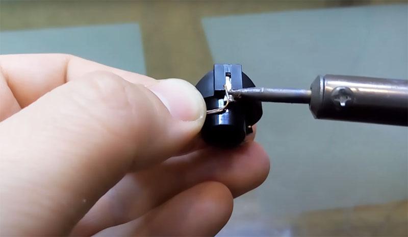 А второй соединяется с минусовым контактом батарейки лёгкой пайкой