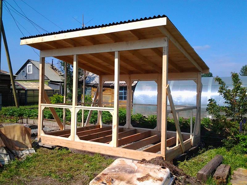 Заранее определитесь, где будет вход в беседку, а остальные стенки закройте деревянными балками так, чтобы можно было защититься от сильного ветра и животных