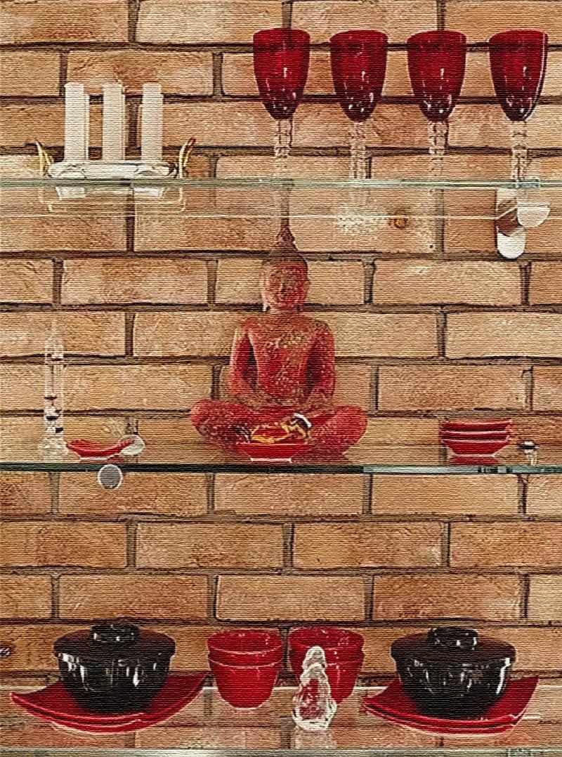 На открытые полочки Ирина поставила статуэтку медитирующего Будды и коллекционную посуду из цветного стекла