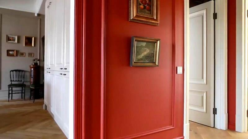 Во всей квартире установили белоснежные двери из массива, украшенные латунной фурнитурой