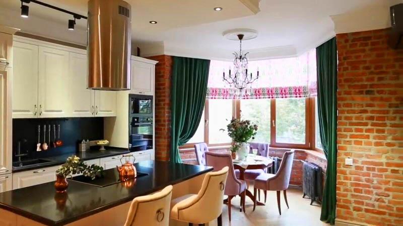 Пол на кухне облицевали плиткой с имитацией дерева