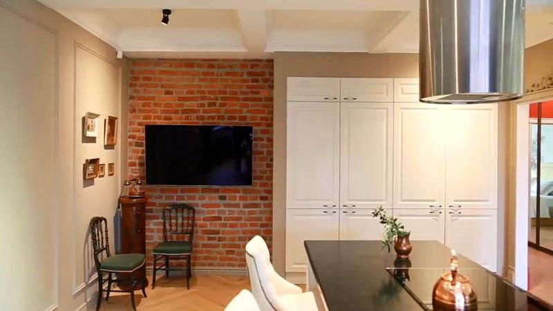Одну стену на кухне украсили линейными молдингами и покрасили в сложный бежево-серый оттенок