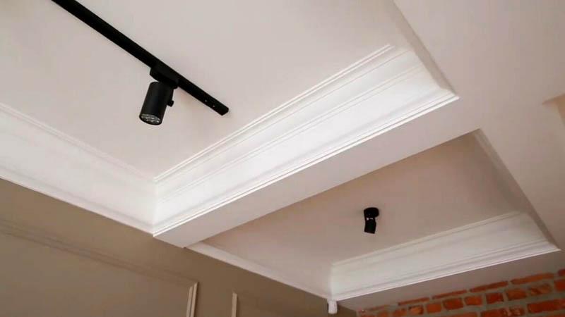 Трековые светильники установили в каждой нише потолка