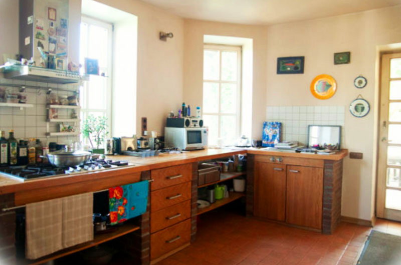 Над плитой закрепили рейлинговую систему с полочками для кухонной утвари