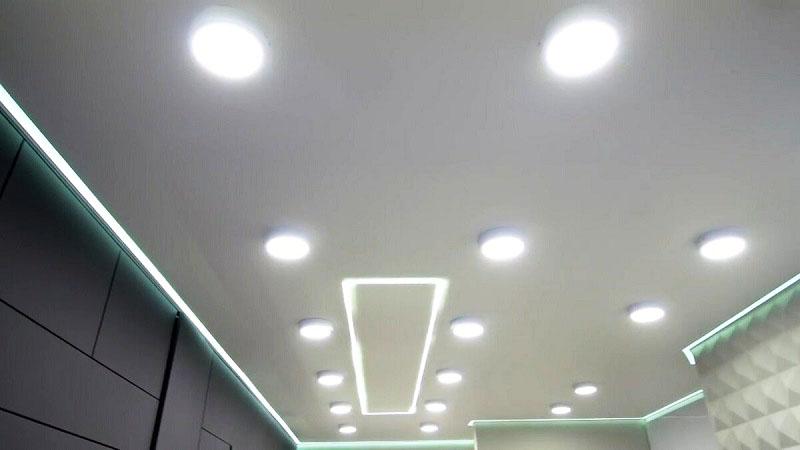 На потолке в дополнение к неоновой подсветке установили встроенные светильники