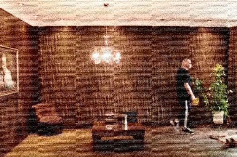 Для отделки стены в гостиной использовали современные панели с эффектом 3D