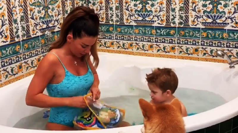 Анна любит принимать ванну вместе с младшим сынишкой
