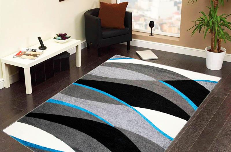 Если вы хотите создать ощущение свободного пространства, выбирайте такой ковёр, который ляжет строго по центру комнаты