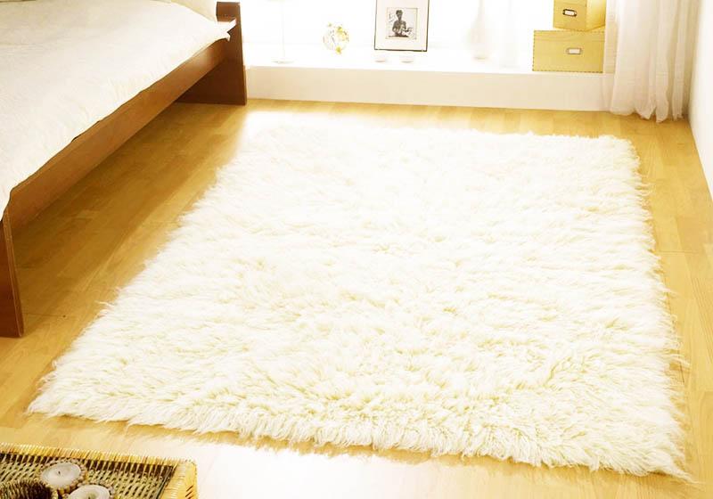 Пушистый белый ковёр – идеальный вариант для любой спальни