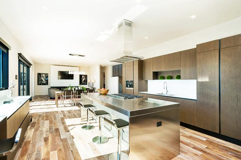 Дизайн интерьера большой кухни в стиле хай-тек