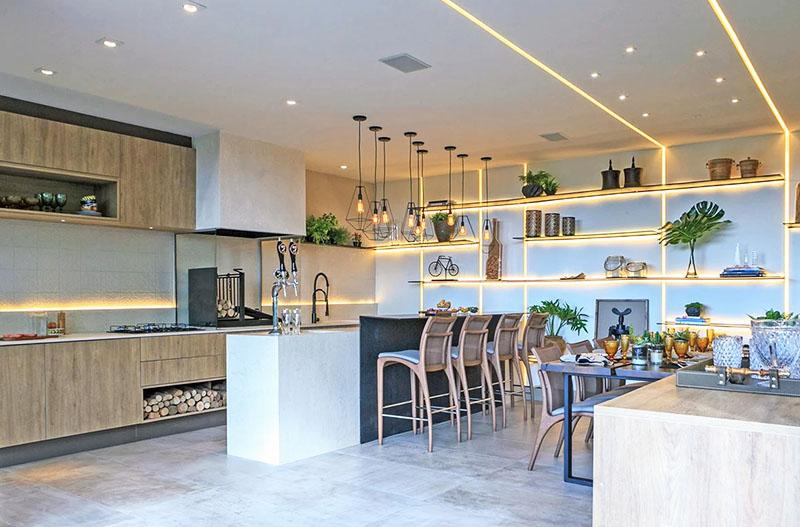 Интерьер кухни в стиле хай-тек с подсветкой