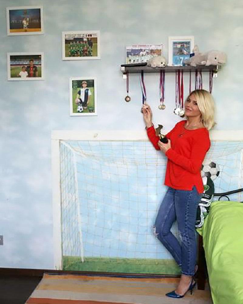 Стены старшего сына украшены его фотографиями на футбольном поле
