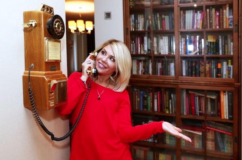 Старинный телефонный аппарат – в рабочем состоянии, правда, им уже давно никто не пользуется