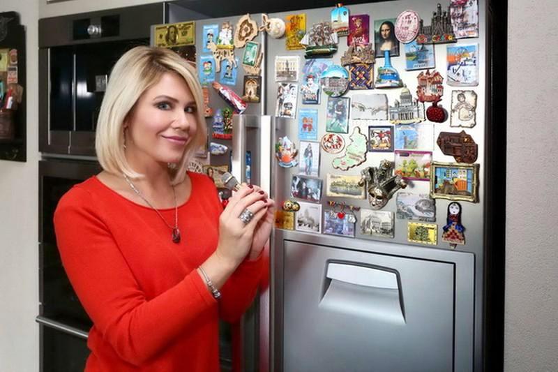 Анастасия до сих пор старается из каждой поездки привозить магниты на холодильник