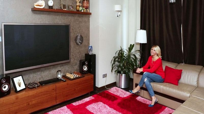 На полочке над телевизором Анастасия разместила экзотический декор и огромную ракушку, которую привезла с Карибского моря