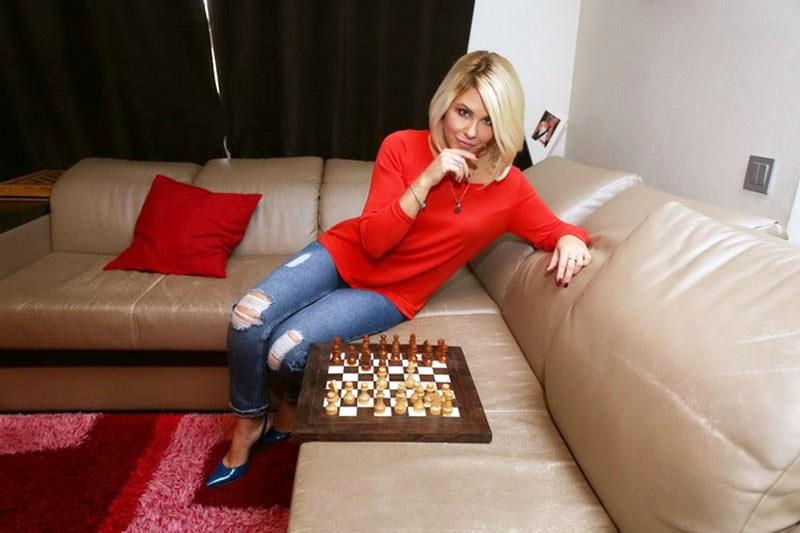 На огромном диване семья часто играет в настольные игры