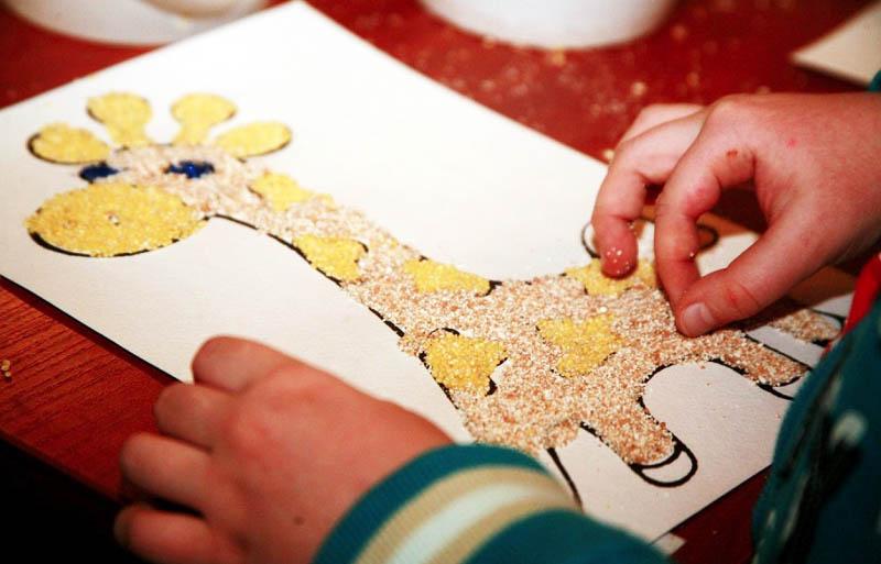 Малышам поначалу удобнее работать руками