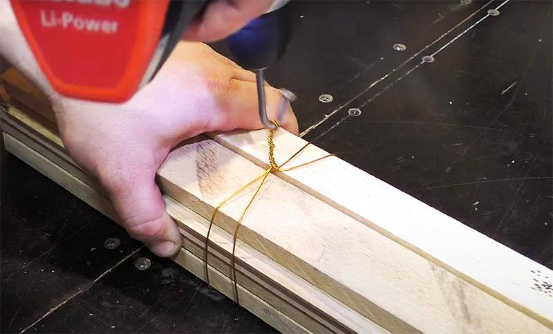 Несколько вращений гвоздя – и проволочная стяжка прочно соединит ваши детали