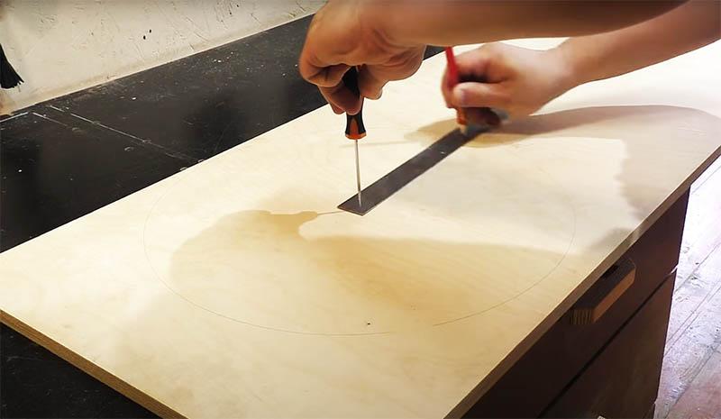 Пользоваться таким прибором очень просто: в начальном отверстии вставляете шило и фиксируете его в центре нужного вам материала, а во второе отверстие вставляете стержень карандаша и рисуете окружность