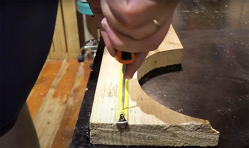 И опять примените шило для фиксации ленты. Теперь рулетка не соскользнёт и не соберётся неожиданно для вас