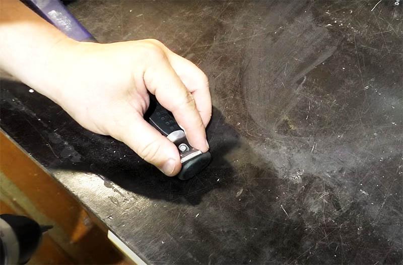 Например, её можно закрепить на ручке молотка. Достаточно одного небольшого самореза для её фиксации