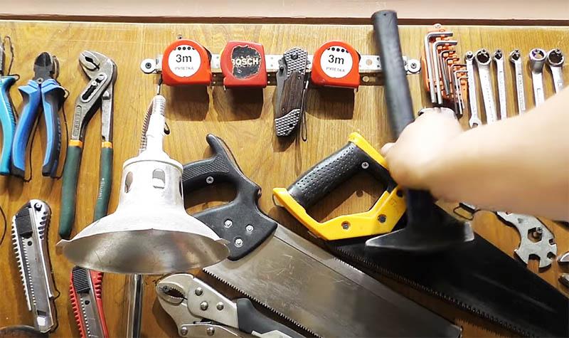 Теперь ваш молоток уверенно зафиксируется на стенде или на поясе. Особенно удобно использовать крепёж при монтажных работах: ваши руки будут свободны, а молоток − всегда на подхвате