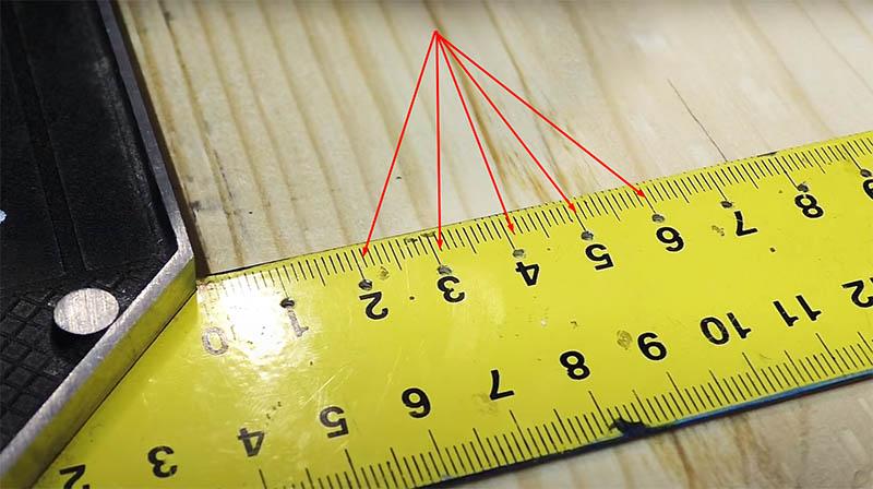 И опять в линейке уголка нужно просверлить отверстия, сделайте это через каждый сантиметр, в будущем вам это пригодится не раз