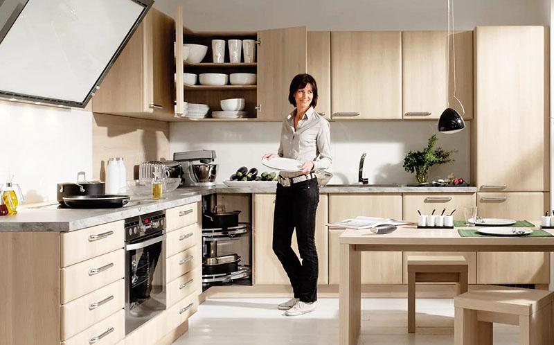 Столы в кухне с г-образной планировкой