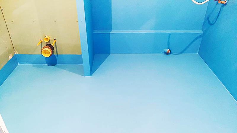 Заранее позаботьтесь о гидроизоляции, и только тогда, когда всё будет готово, начинайте выкладывать стены и пол