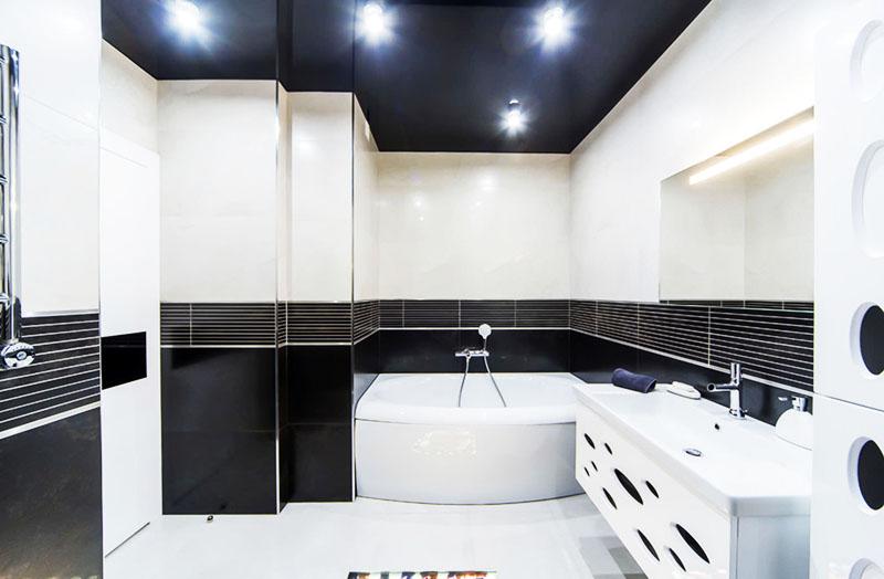 Выбирая контрастный потолок, постарайтесь продумать общий дизайн ванной и создать гармоничную композицию