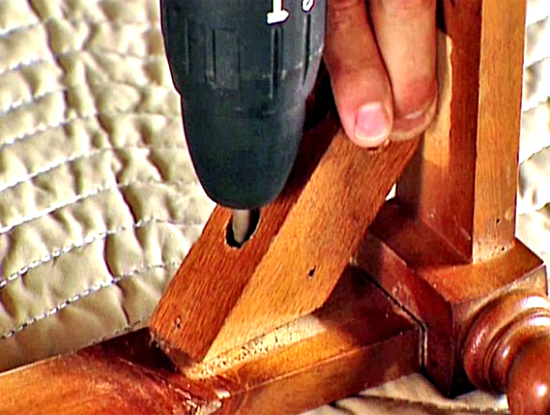 Для выкручивания крепежа понадобится шуруповёрт