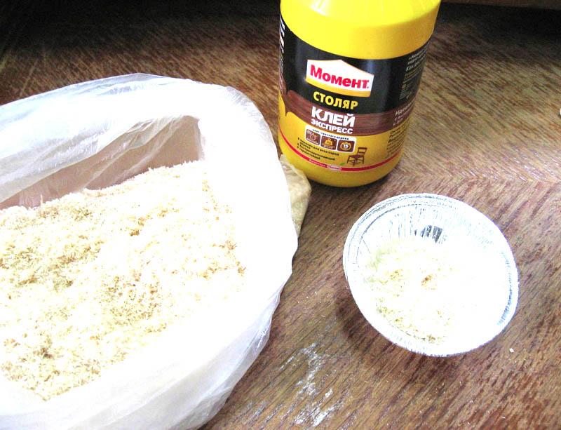 Для реставрации крупных дефектов смешать клей и опилки до получения кашицеобразной массы