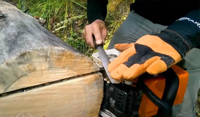 Если на корпусе пилы есть выступающие болты, которые мешают плавно прижимать инструмент к направляющей, их можно немного обточить