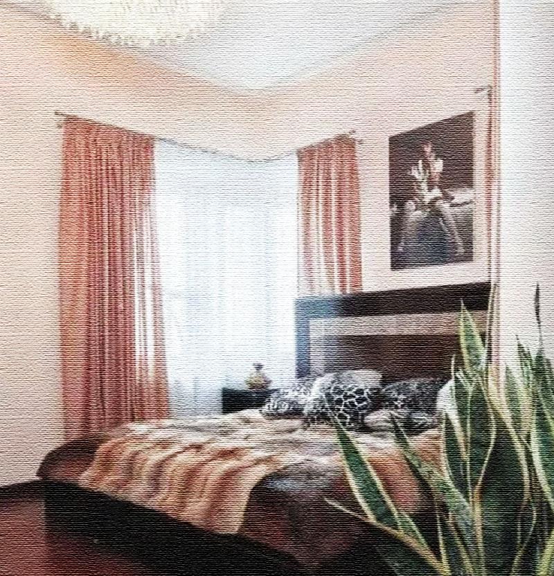 Окна в спальне украшает белоснежный тюль и однотонные полупрозрачные портьеры сливочного оттенка