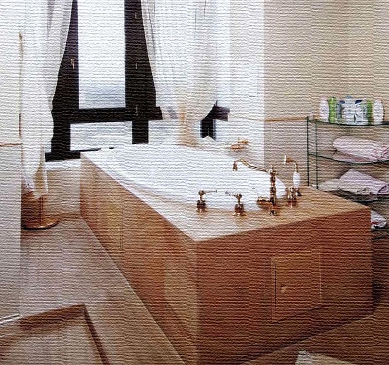 Панорамное окно в ванной украшено воздушным белоснежным тюлем, эффектно подобранным в нижней части