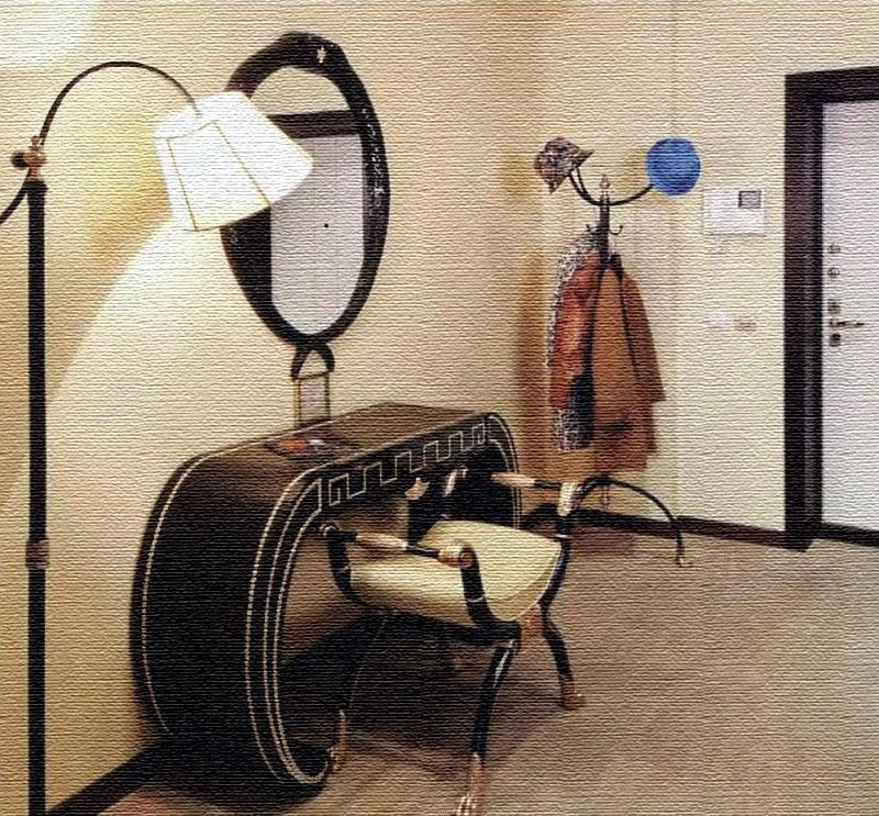 Для комфорта возле двери поставили напольную вешалку по стилю схожую с эффектной банкеткой