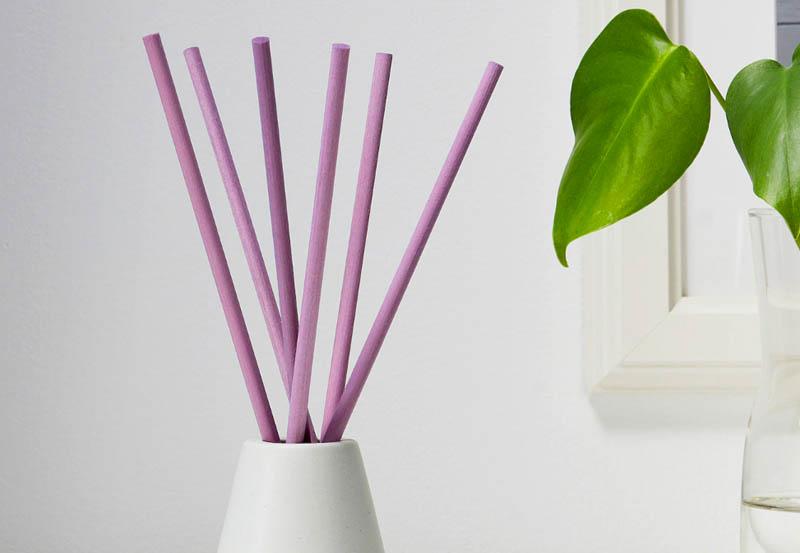 В набор входит 6 ароматических палочек (длина 24 см) и 1 ваза (высота 8,5 см)