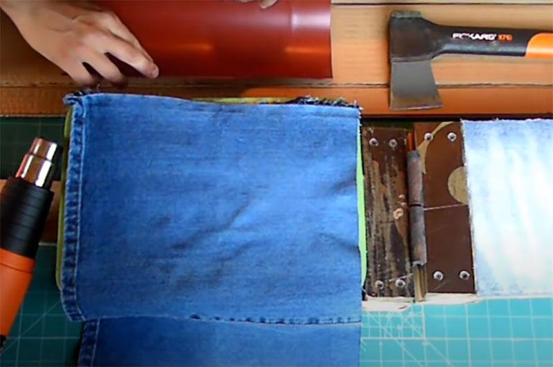 И ещё для формовки вам нужен будет пресс. Он состоит из двух кусков фанеры, соединённых между собой петлёй. С обеих внутренних плоскостей на куски наклеен толстый плотный поролон, а сверху он защищён прочной тканью вроде джинсовой. Она нужна для того, чтобы при формовке поролон не начал плавиться и прилипать к пластику
