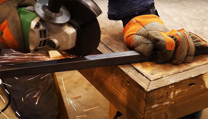 Для ножек используйте трубу, лучше – профильную. Нарежьте её под углом в 45 градусов длиной около 30 сантиметров