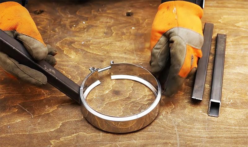 Для фиксации мангала нужно сделать муфту-хомут. Это может быть кусок такой же трубы высотой 5–8 сантиметров, разрезанный в одном месте поперёк. На нём нужно установить стягивающий болт. Получится прочный жёсткий хомут, который хорошо ляжет на жаровню