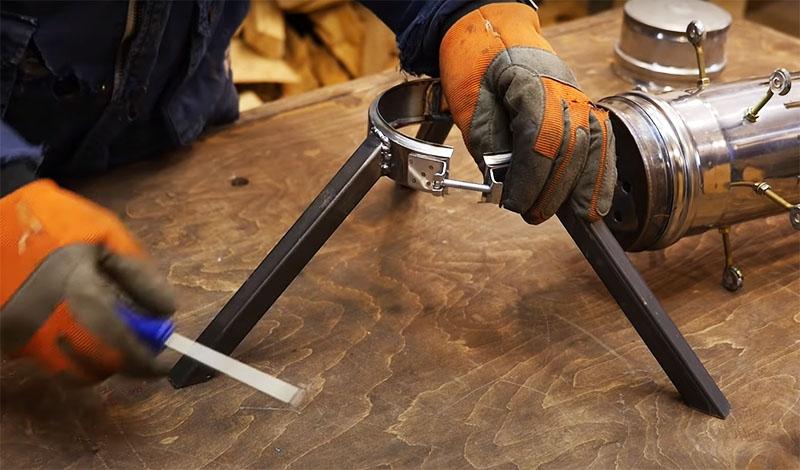 Ножки нужно приварить к этому хомуту под углом в 45 градусов. Достаточно трёх опор для устойчивости, но если есть желание – можно сделать 4 и больше