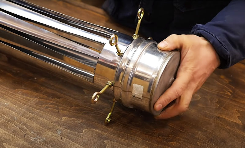 Следует приготовить вторую заглушку для верхней части жаровни – она надолго сохранит тепло и не даст углям разгореться в ответственный момент