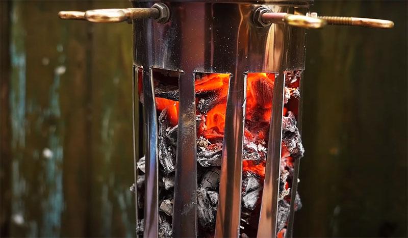 На горящие щепки можно положить угли, и буквально через 10 минут мангал будет готов к работе