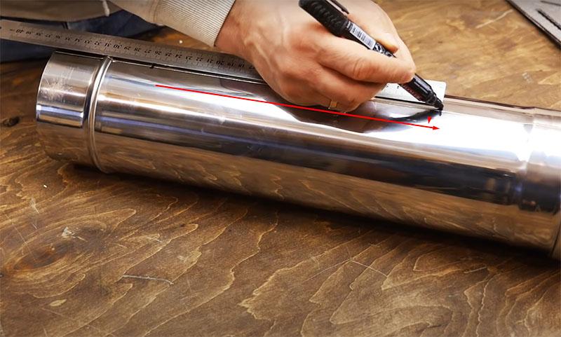 По центру куска следует сделать продольную разметку, оставив с краёв примерно по 10 сантиметров. Условно разделите трубу на промежутки по 5 сантиметров