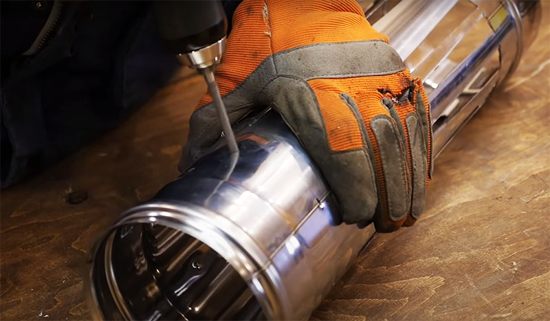 По окружности трубы сверху и снизу в пяти сантиметрах от края следует сделать 6 сквозных отверстий для крепежей, на которых будут держаться шампуры