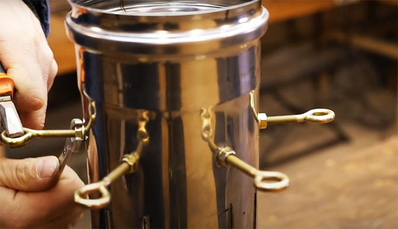 Для крепежа автор использовал болты с кольцами, они фиксируются на трубе гайками и шайбами